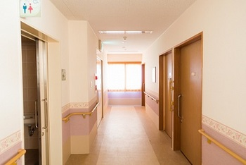 特別養護老人ホーム ニセ医者 職員が医師に化ける 死亡確認 死亡診断書.jpg